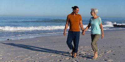 Seniors en balade à la plage