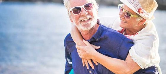Seniors en vacances à la mer