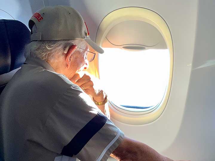 Senior avec un appareil auditif en avion