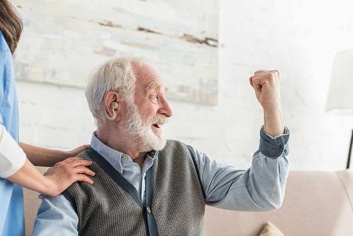 Senior utilisant un appareil auditif